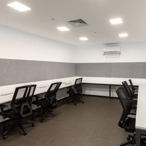 Grijze akoestische panelen kantoor