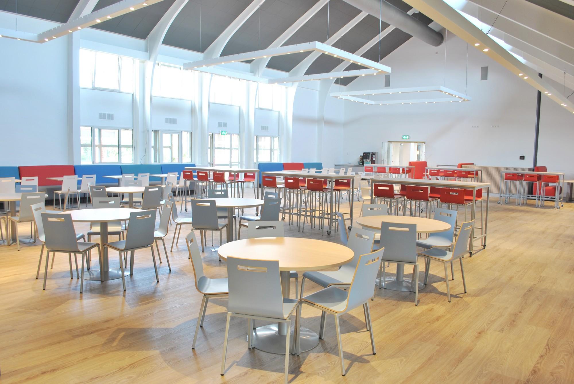 Kantine kpz uw projectinrichter voor kantoormeubilair - Kantoor houten school ...