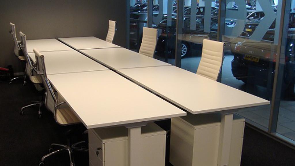 Duo bureaus wit met moderne bureaustoelen