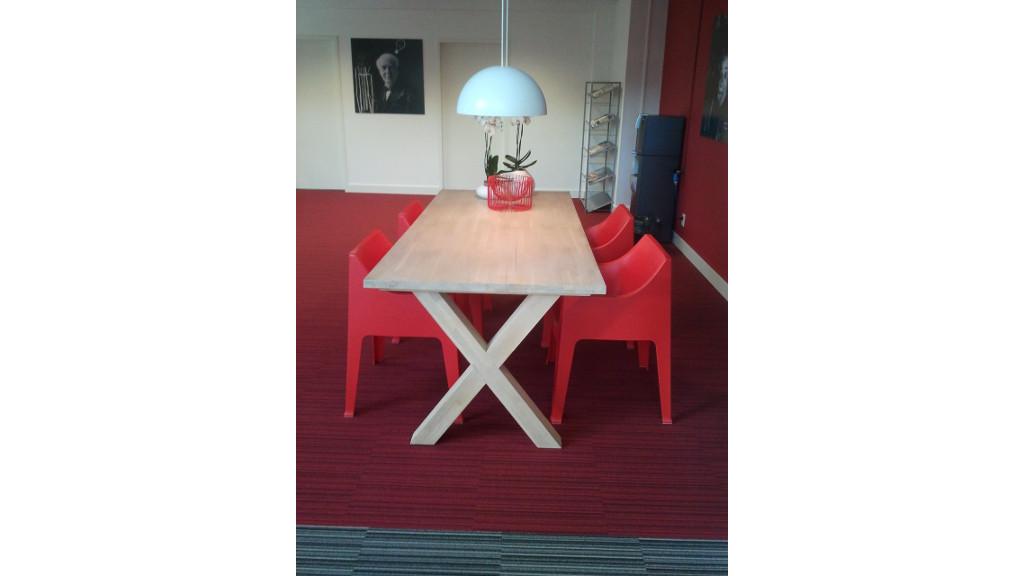 Inrichting wachtruimte - houten X tafel (2)