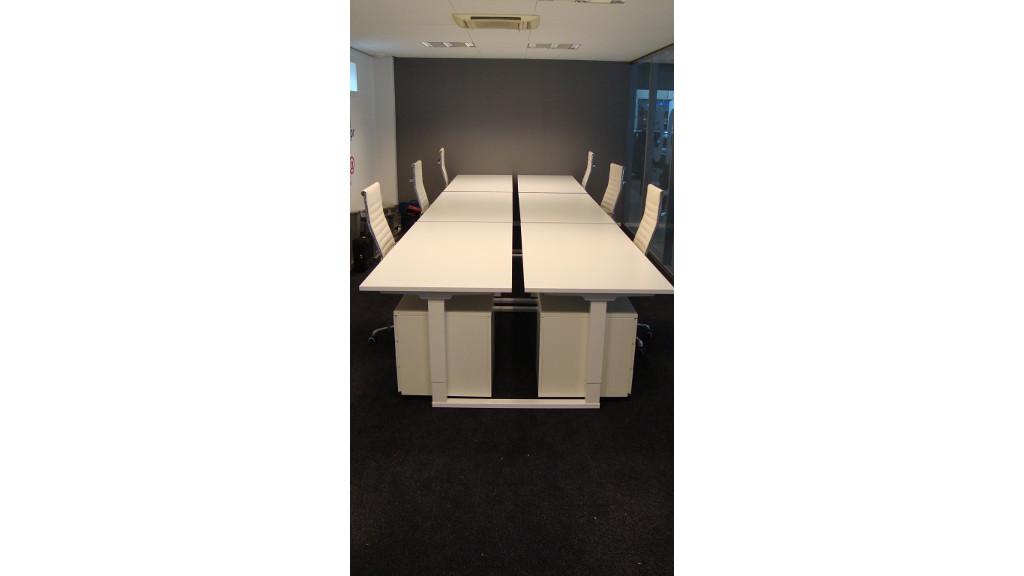 nieuwe werkplek witte dubbel bureaus