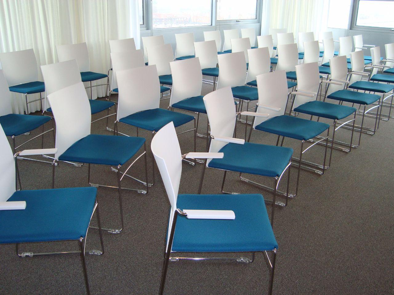 zaalstoel-zaalopstelling-koppelbare-stoel