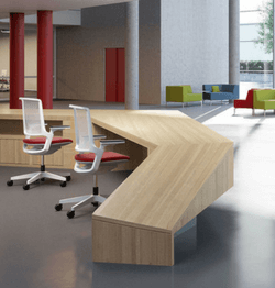 Ontvangstbalie met bureaustoelen