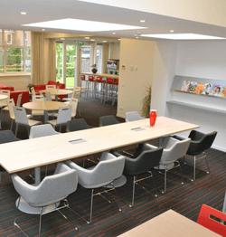 Lerarenkamer met grote tafel
